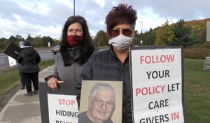 Protestors gathered outside North Bay Regional Health Centre on Wednesday to back demands that the hospital to give them better access to loved ones. (Eric Taschner/CTV News)