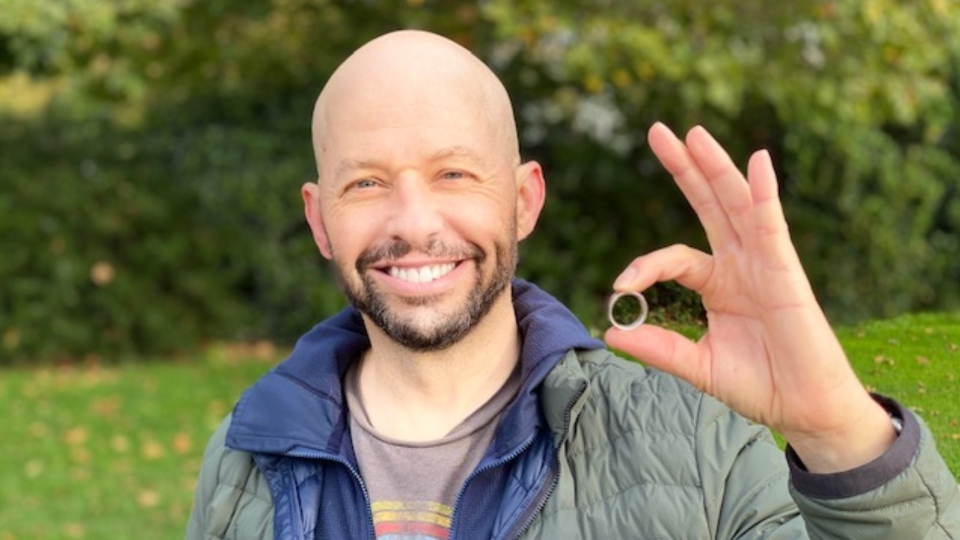Actor Jon Cryer poses with his recovered wedding band, which he lost on Vancouver's seawall on Friday night. (Chris Turner)