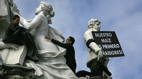Greenpeace activists demonstrate at the Angel of Independence monument during a protest against genetically modified corn seeds in Mexico City, Sunday, Oct. 18, 2009. (AP / Marco Ugarte)