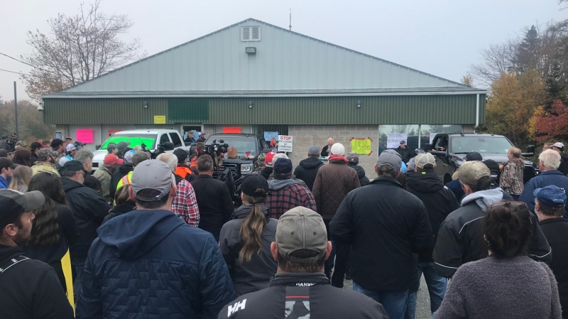 Hundreds of commercial fishers and supporters gathered at a rally outside the Department of Fisheries and Oceans office in Barrington Passage, N.S. on Monday morning.