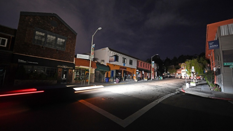 A vehicle drives up Mountain Blvd. in the Montclair neighbourhood after the power has been shut off due to high winds in Oakland, Calif., on Oct. 25, 2020. (Jose Carlos Fajardo / Bay Area News Group via AP)