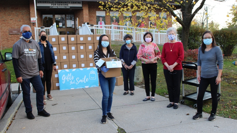 Two sisters from Markham, Ont. deliver packages to a seniors' centre.