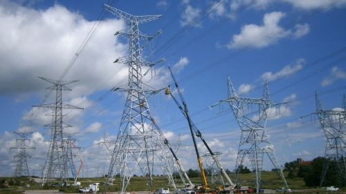 Hydro One crews conduct upgrades on a high-voltage transmission line. (courtesy Hydro One)