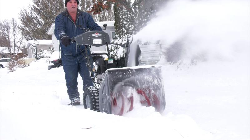 A man clears snow in Saskatoon on Nov. 10, 2020. (Pat McKay/CTV Saskatoon)
