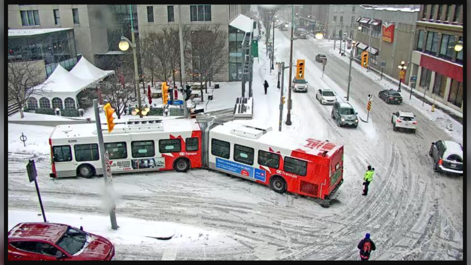 An OC Transpo bus became stuck at the intersection of Rideau Street and Sussex Drive Wednesday, Nov. 25 during a morning snowfall. (Courtesy: City of Ottawa traffic camera)