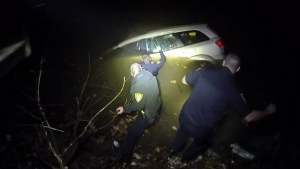Ohio cops rescue woman from sinking car