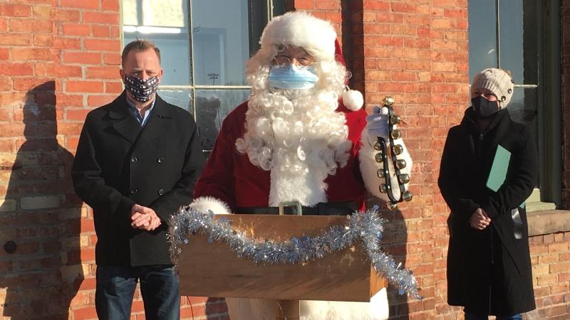 Santa Claus parade hosts MPP Jeff Yurek (L)  and MP Karen Vecchio (R) seen in St. Thomas on November 28, 2020 (Brent Lale / CTV News)