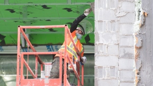 A construction worker wears a face mask in Montreal, on Nov. 14, 2020. (Graham Hughes / THE CANADIAN PRESS)