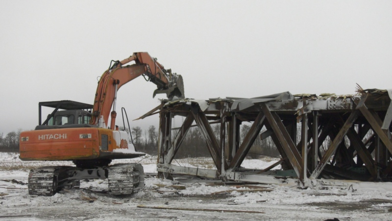 An old World War II hangar is torn down in Yorkton. (Kaylyn Whibbs / CTV YORKTON)
