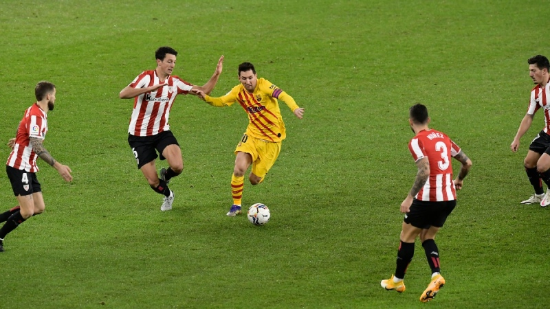 Barcelona's Lionel Messi, centre, runs with the ball during the Spanish La Liga soccer match between Athletic Bilbao and Barcelona at San Mames stadium, on Jan. 6, 2021.(Alvaro Barrientos / AP)