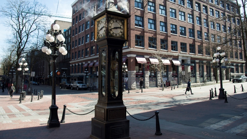 The steam clock is seen in a deserted historic Gastown in downtown Vancouver Tuesday, March 17, 2020. (Jonathan Hayward / THE CANADIAN PRESS)