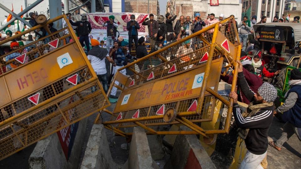 Protesting farmers remove police barricades