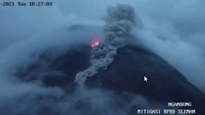 Gas cloud rises from Indonesia volcano
