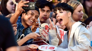 Halsey poses for photos with fans as she arrives on the red carpet at the iHeartRadio MMVAs in Toronto on Aug. 26, 2018. (Frank Gunn / THE CANADIAN PRESS)