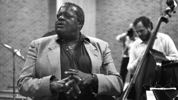 Oscar Peterson plays piano, Feb. 12, 1986. (The Canadian Press Images/Bill Becker)