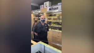 Anti-masker confronts store staff