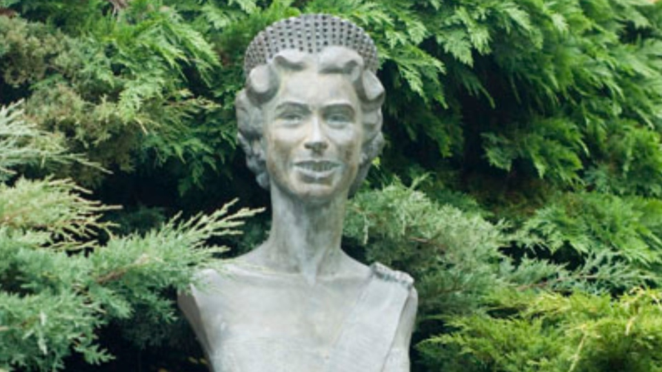 Bust of Queen Elizabeth II in Beacon Hill Park. (Capital Regional District)
