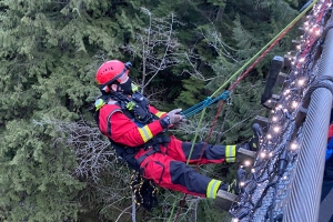A member of the District of North Vancouver Fire Rescue Services repels off of the Capilano suspension bridge during a rescue mission on Feb. 27, 2021 (DNV Fire Rescue Services/Twitter).