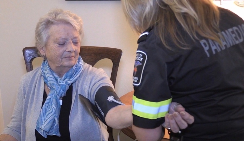 A paramedic in Simcoe County, Ont. provides paramedicine services in the home of senior in this 2019 file photo.