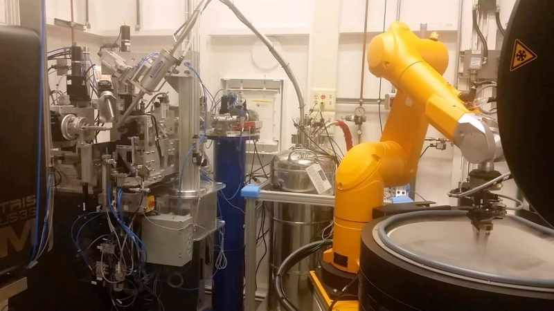 The automated robot used by the Canadian Light Source. (Courtesy Canadian Light Source)