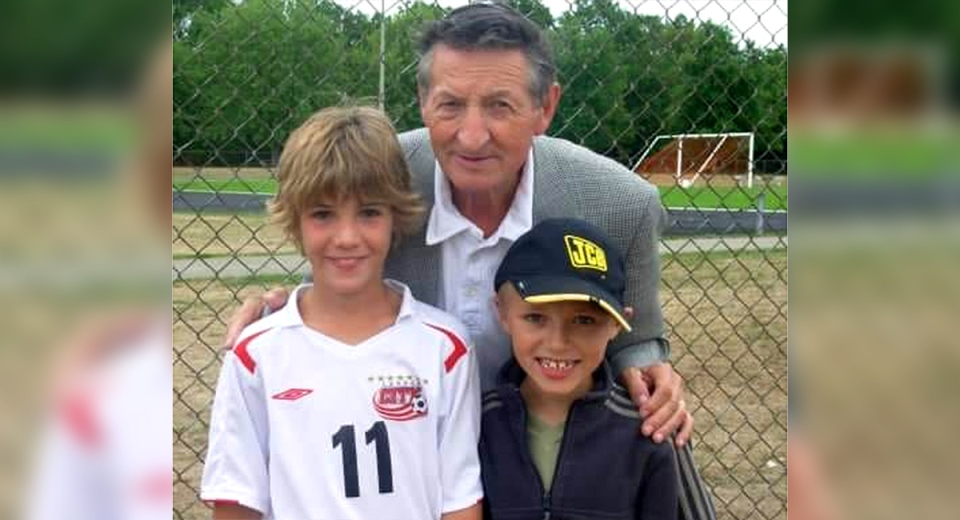 Walter Gretzky poses with fans at a soccer tournament in Brantford, Ont. Lori Lewis McNichol says Gretzky was a gentelman, generous with both her sons, signing a program and a trophy. (Source: Lori Lewis McNichol / Facebook)