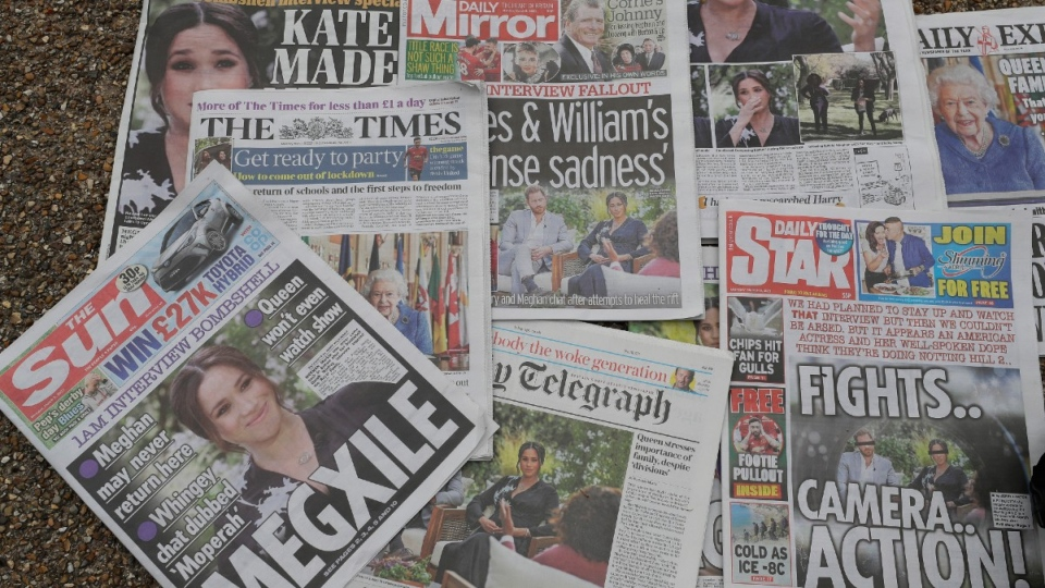 Newspapers on the ground near Buckingham Palace