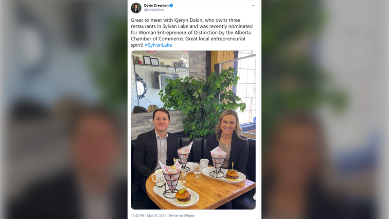 Minister of Agriculture and Forestry Devin Dreeshan tweeted a photo of himself and a restaurant owner sitting at the same table without wearing masks. The post was deleted a short time later.