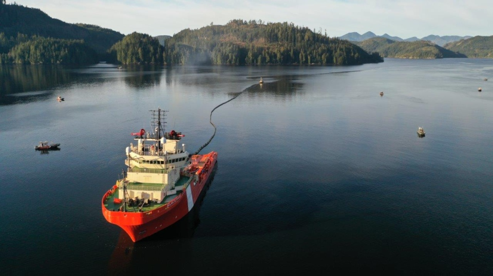 Marine spill responders deploy sorbent booms to collect oil leaking from the sunken vessel off Vancouver Island. (Bligh Island Shipwreck Unified Command)