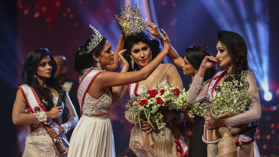 A Sri Lankan beauty pageant winner, Pushpika de Silva, had her crown yanked off by last year's champion. (AFP)