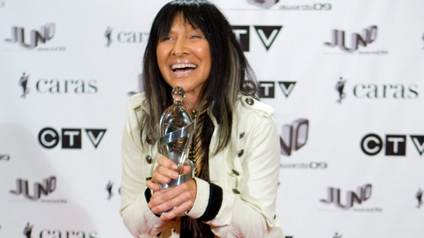 Buffy Sainte-Marie poses with her award during the Juno Awards Gala in Vancouver, on Saturday, March 28, 2009. (Jonathan Hayward / THE CANADIAN PRESS)