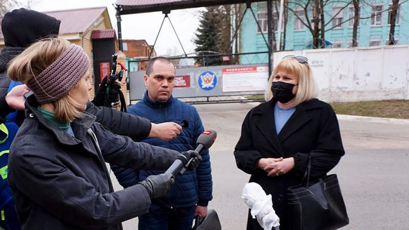 Russian opposition leader Alexei Navalny's lawyers Olga Mikhailova, right, and Vadim Kobzev, second right, speak to the media in front of the penal colony where a hospital for convicts located in Vladimir, a city 180 kilometers (110 miles) east of Moscow, Russia, Tuesday, April 20, 2021. (AP Photo/Kirill Zarubin)