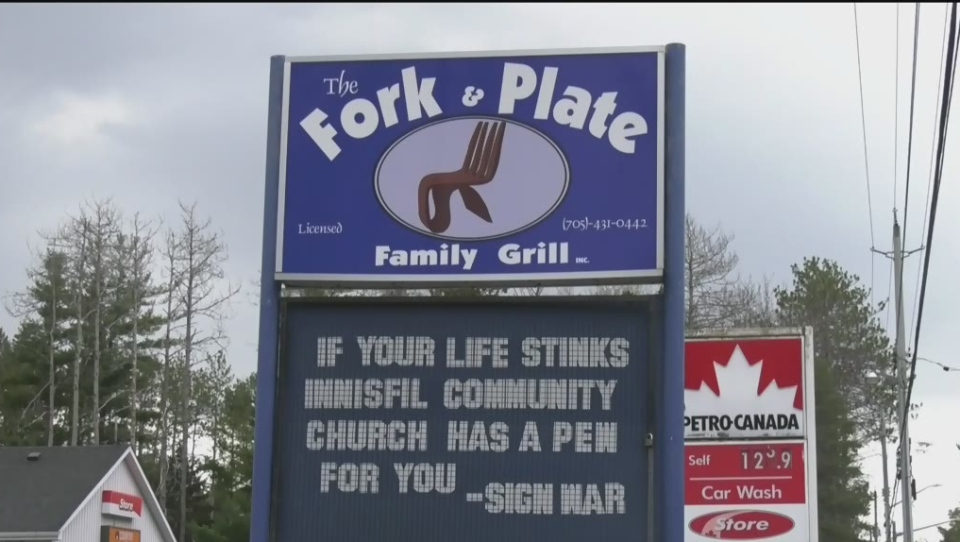 An Innisfil restaurant gets in on the sign wars battle of words. (Rob Cooper/CTV News)