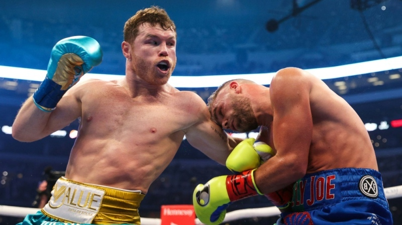 "Saul ""Canelo"" Alvarez lands a big left-hand on Billy Joe Saunders during their super middleweight title fight in Arlington in fromt of a record 70,000-plus fans (AFP)"