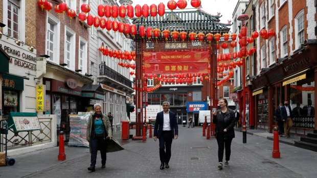 Mayor of London Sadiq Khan, centre, with chefs Angela Hartnett, right and Monica Galetti, walks in China Town central London, on May 17, 2021. (Alastair Grant / AP