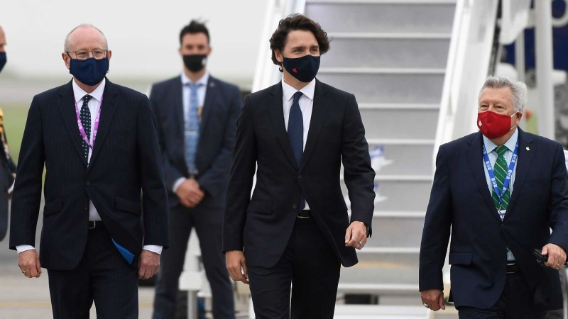Prime Minister Justin Trudeau, center, arrives ahead of the G7 meeting at Cornwall airport in Newquay, Cornwall, England, Thursday, June 10, 2021. (AP / Alberto Pezzali, Pool)