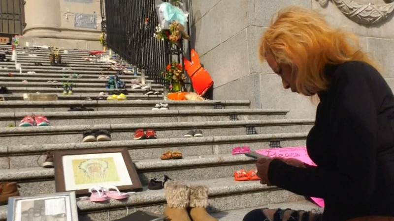 What should happen to memorial at art gallery?