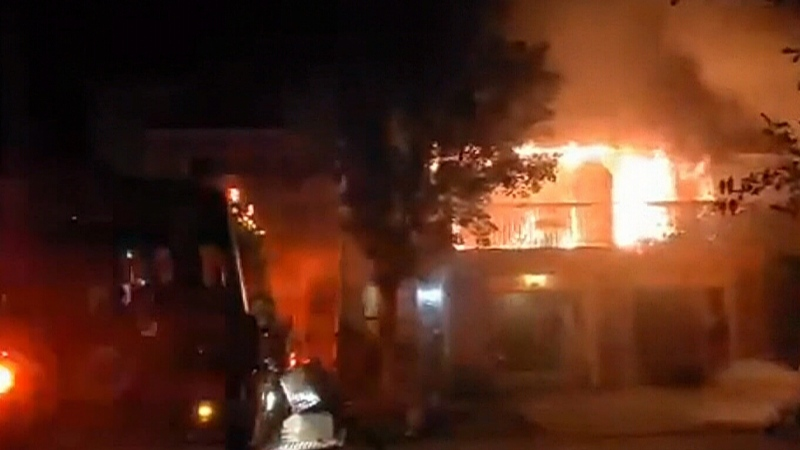 Neighbour helps wake families in burning homes