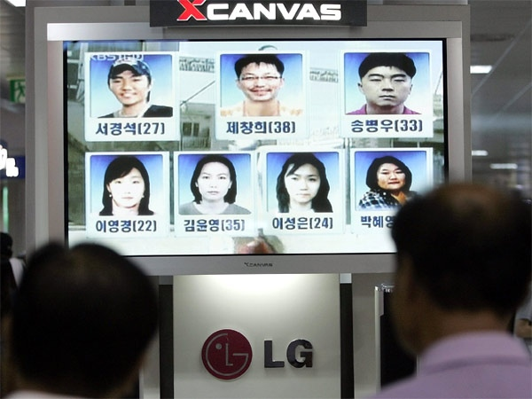 South Koreans watch a the news displaying pictures of the seven remaining South Korean hostages at a railway station in Seoul, South Korea on Thursday, Aug. 30, 2007. (AP / Lee Jin-man)