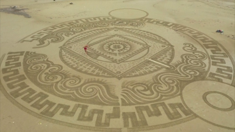Croatian sculptor draws temporary artwork on sand