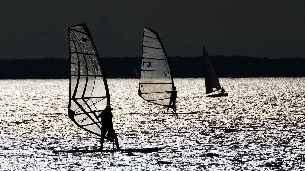 Sailors and windsurfers on the Ottawa River