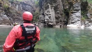 Members of Hope Search and Rescue's swiftwater team wade into the waters at the Othello Tunnels to mount a rescue operation. (Facebook/Hope Search and Rescue, Swiftwater TL: RC)