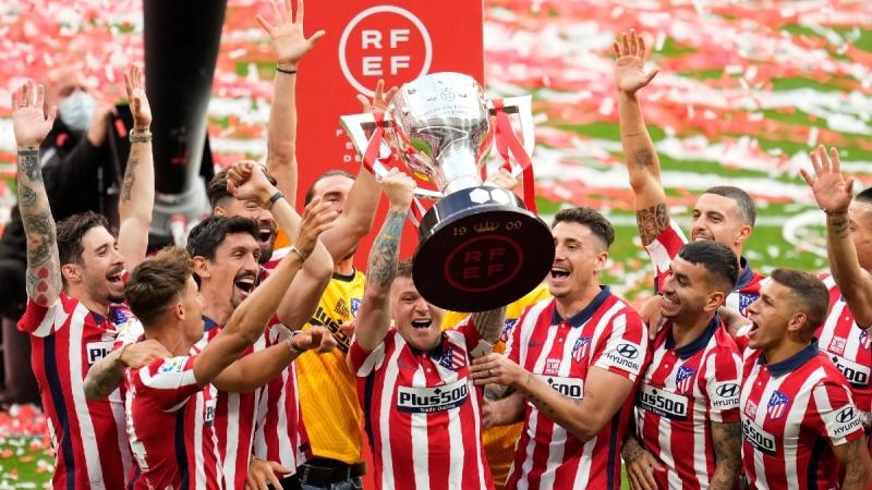 Atletico Madrid's Kieran Trippier, centre, celebrates with the Spanish league trophy alongside team mates at the Wanda Metropolitano stadium in Madrid, Spain, on May 23, 2021. (Manu Fernandez / AP)