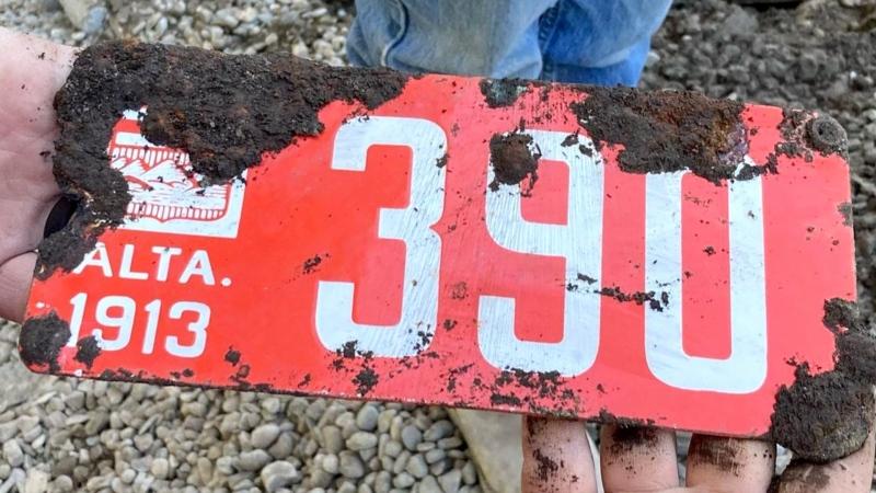 A 1913 Alberta licence plate was found by crews working near the Centre Street Bridge. (Reddit)