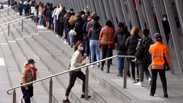 People form long queues outside a vaccination center in Melbourne on Aug. 27. (WILLIAM WEST/AFP/Getty Images/CNN)