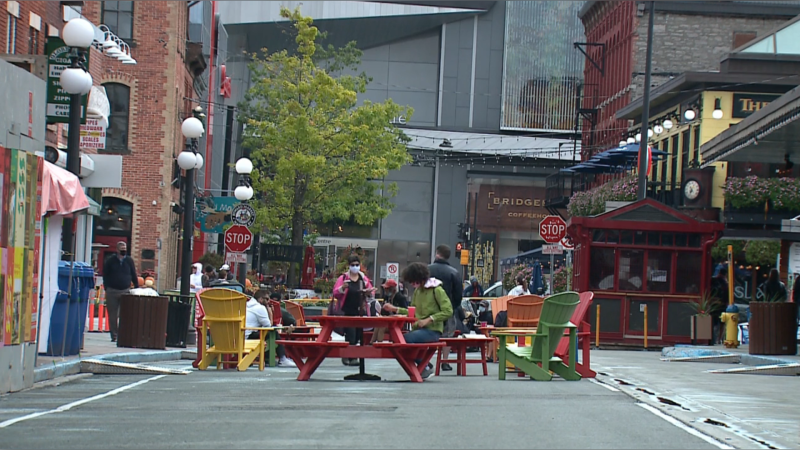 People enjoy lunch outdoors in Ottawa's ByWard Market, Sept. 27, 2021. (Aaron Reid/CTV News Ottawa)