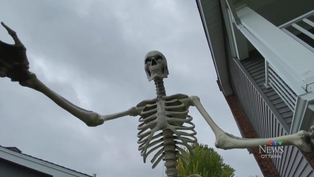 ¡Las temibles decoraciones de esqueletos se agotaron antes de Halloween!