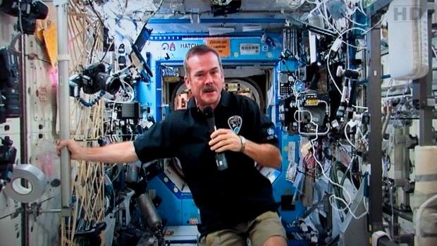 El astronauta retirado Chris Hadfield dibuja un tiempo en órbita para escribir 'The Apollo Murders'