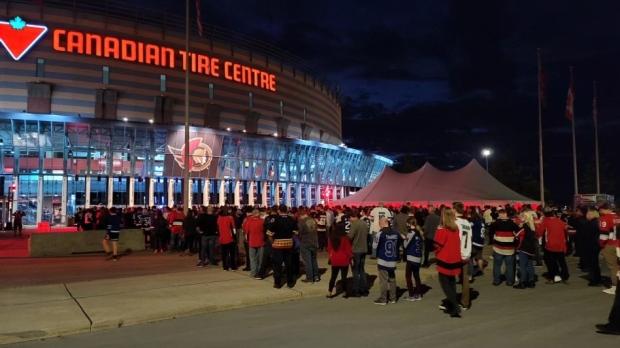 Los fanáticos esperan en largas filas para ingresar al Canadian Tire Center para la inauguración de la casa de los Senadores