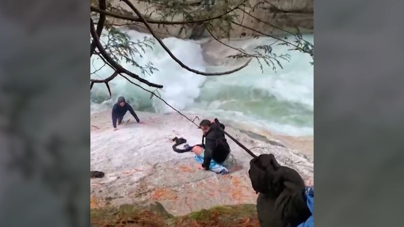 Friends honoured for saving stranded hikers