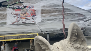 A Halloween display featuring a Confederate flag and hanging effigy has drawn the attention of police in Kelowna, B.C. (Madison Erhardt/Castanet)